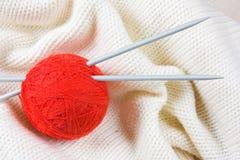Billes avec l'amorçage pour le tricotage Photographie stock libre de droits