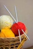 Billes avec l'amorçage pour le tricotage Photographie stock
