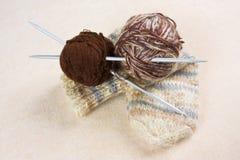 Billes avec l'amorçage pour le tricotage Photos libres de droits