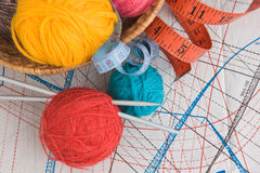 Billes avec l'amorçage pour le tricotage Images stock