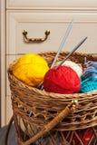 Billes avec l'amorçage pour le tricotage Photos stock