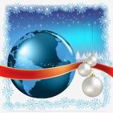 Billes blanches de Noël avec le globe sur le bleu Photos stock