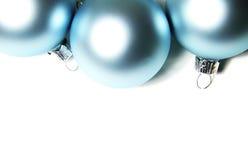 Billes bleues de Noël sur le fond blanc image stock