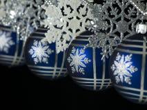 Billes bleues s'arrêtantes de Noël Photos stock