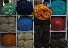 Billes colorées de filé Vue de ci-avant Couleurs d'arc-en-ciel Toutes les couleurs Filé pour le tricotage Écheveaux de filé images stock