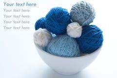 Billes colorées pour le tricotage et les pointeaux Images stock