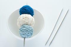 Billes colorées pour le tricotage et les pointeaux Photo stock