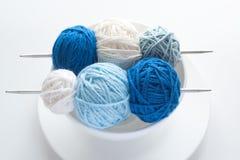 Billes colorées pour le tricotage et les pointeaux Image stock