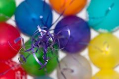 Billes colorées volant, cordes bleues Images stock