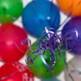 Billes colorées volant, cordes bleues Photo libre de droits
