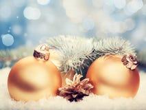 Billes d'or Décorations abstraites de Noël Photos stock