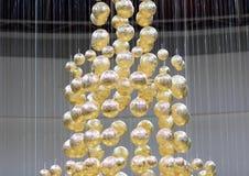 Billes d'or sur des chaînes de caractères Photos stock