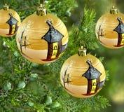 Billes de babiole d'or d'arbre de pin de décorations de Noël Photographie stock libre de droits
