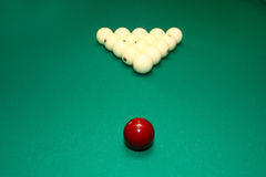 Billes de billard sur la table verte Photos stock