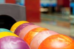 Billes de bowling colorées photographie stock libre de droits