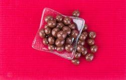 Billes de chocolat boules de chocolat dans la cuvette sur un fond image stock