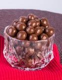 Billes de chocolat boules de chocolat dans la cuvette sur un fond photos stock