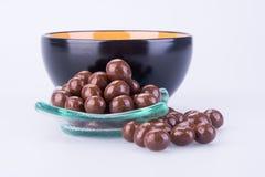 Billes de chocolat boules de chocolat dans la cuvette sur un fond photo stock