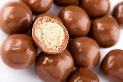 Billes de chocolat et une moitié Photographie stock