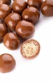 Billes de chocolat et une moitié Image stock