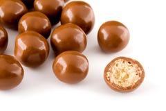 Billes de chocolat et une moitié avec le remplissage croquant Images libres de droits
