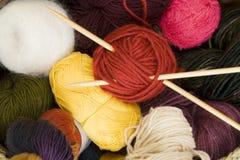 Billes de filé avec des pointeaux de tricotage Images libres de droits
