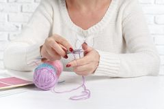 Billes de filé coloré Knit témoin Des mains du ` s de femmes sont tricotées Photo stock