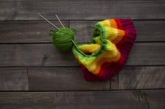 Billes de filé coloré Le processus de tricoter des chapeaux Photo stock