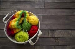 Billes de filé coloré Le processus de tricoter des chapeaux Photos stock