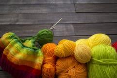 Billes de filé coloré Le processus de tricoter des chapeaux Images stock