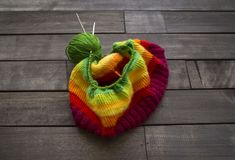 Billes de filé coloré Le processus de tricoter des chapeaux Photo libre de droits