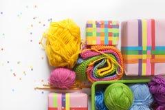 Billes de filé coloré Vue de ci-avant Toutes les couleurs du Ra Images stock