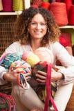 Billes de fixation de femme des laines devant le filé Images stock