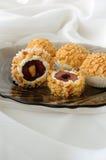 Billes de fromage avec des cerises en arachides Photos libres de droits