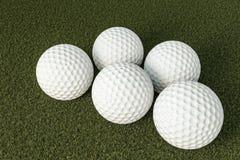 billes de golf sur l'herbe verte Photographie stock libre de droits