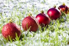 Billes de Noël avec la neige Image stock
