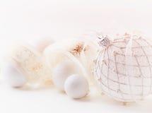 Billes de Noël blanc avec la bande de satin Photographie stock