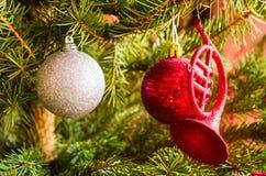 Billes de Noël dans l'arbre Images libres de droits