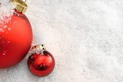 Billes de Noël dans la neige Photos libres de droits