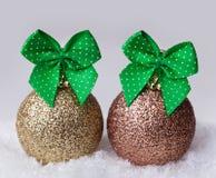 Billes de Noël dans la neige Image libre de droits