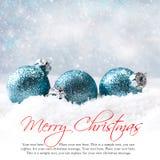 Billes de Noël dans la neige Photo stock