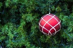 Billes de Noël et arbre de Noël Photographie stock libre de droits
