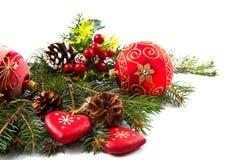Billes de Noël et branchements de sapin avec des décorations Photographie stock libre de droits