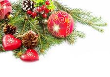 Billes de Noël et branchements de sapin avec des décorations Photo stock