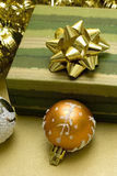 Billes de Noël et cadre de cadeau Image libre de droits