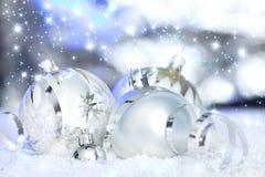Billes de Noël et fond r3fléchissant image libre de droits