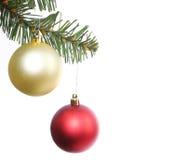 Billes de Noël sur le branchement d'arbre de Noël Image libre de droits