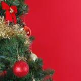 Billes de Noël sur le branchement d'arbre de Noël, au-dessus du rouge Photos stock