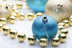 Billes de Noël sur le fond blanc Image stock
