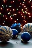 Billes de Noël sur les lumières de fond. photos stock